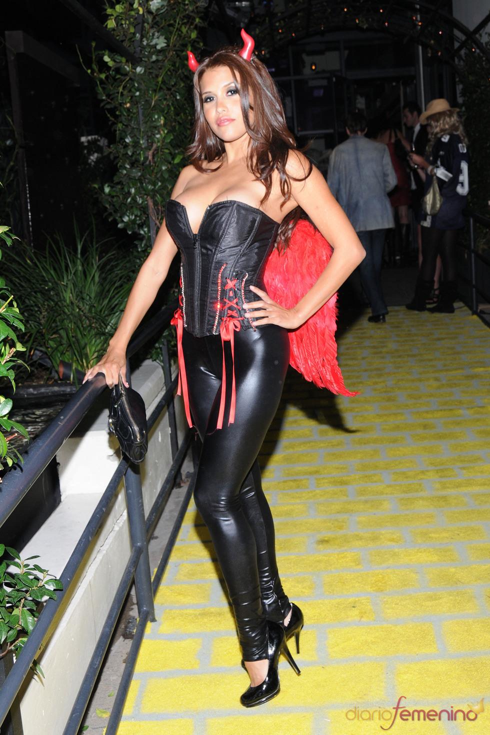 La actriz Rachel Sterling disfrazada de diablesa en Halloween
