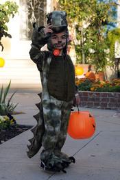 El hijo mayor de Gwen Stefani, Kingston Rossdale, difrazado de dragón en halloween