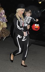 Christina Aguilera y su hijo Max como dos esqueletos en la noche de Halloween