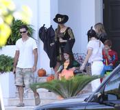 La familia del cantante Juanes disfrazada para Halloween