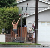 Kellan Lutz se divierte con un amigo en su casa