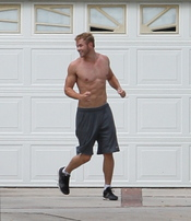 Kellan Lutz, haciendo deporte sin camiseta