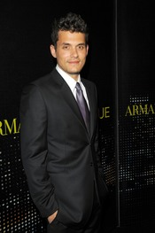 John Mayer con traje de chaqueta y corbata