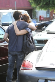 Tierno abrazo de Joe Jonas y Ashley Greene