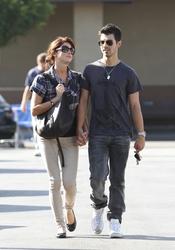 Joe Jonas y Ashley Greene agarrados de la mano