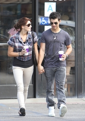 Joe Jonas y Ashley Greene desayunan juntos