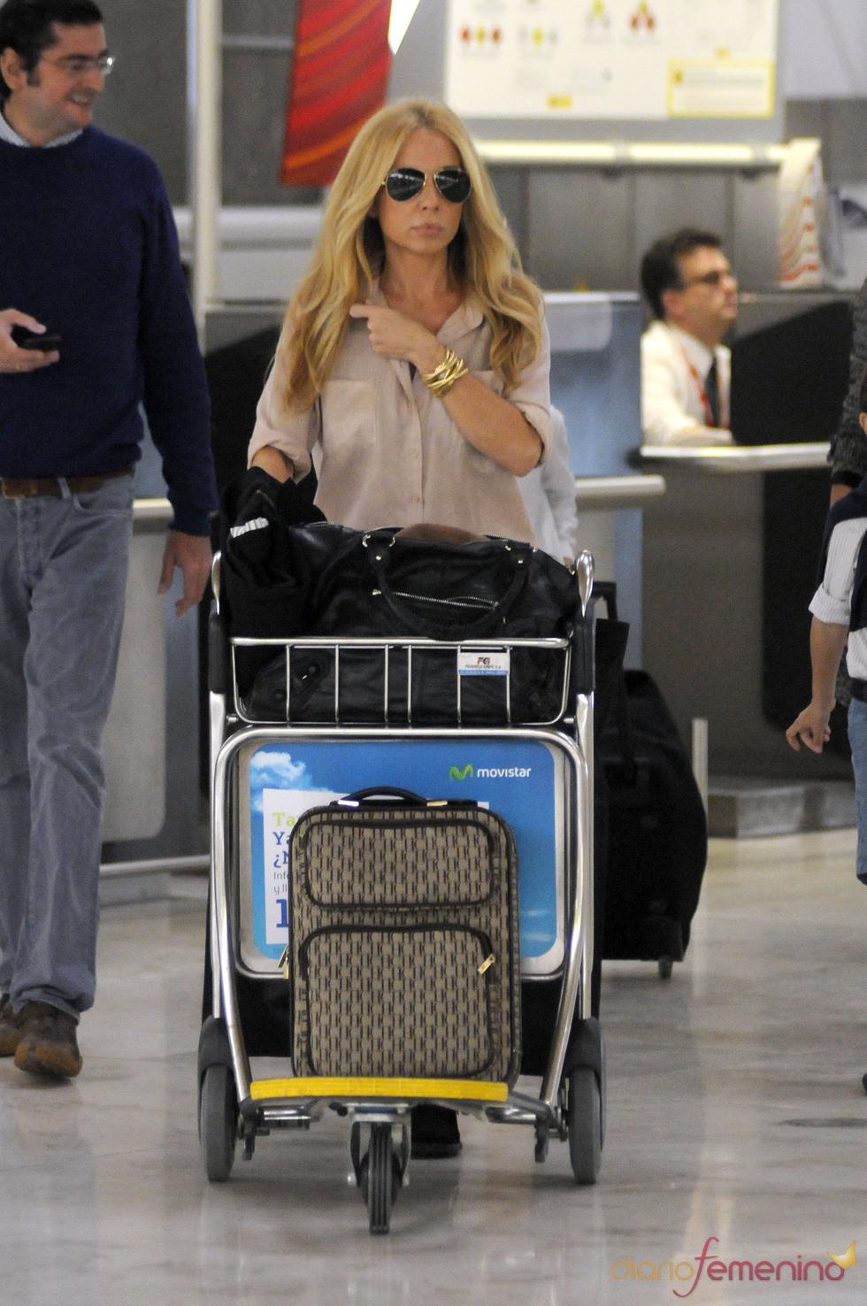 Marta Sánchez en el aeropuerto de Barajas