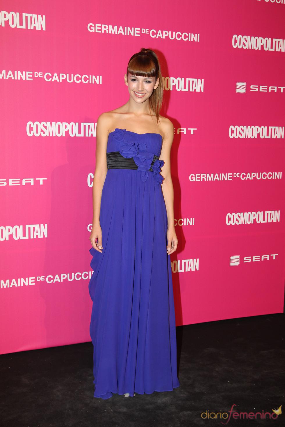 Úrsula Corberó entrega un galardón en los Premios Cosmopolitan 2010