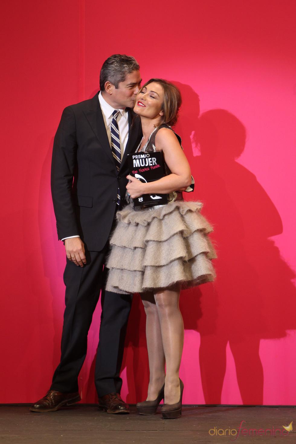 Boris Izaguirre entrega a Amaia Montero un galardón en los Premios Cosmopolitan 2010