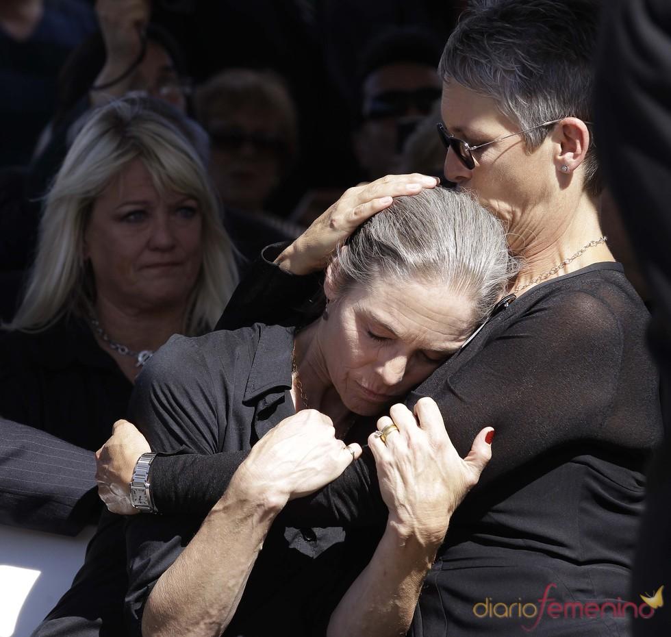 Kelly y Jamie Lee Curtis en el funeral de su padre