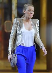 Blake Lively con un panatalón azul klein durante el rodaje de gossip girl