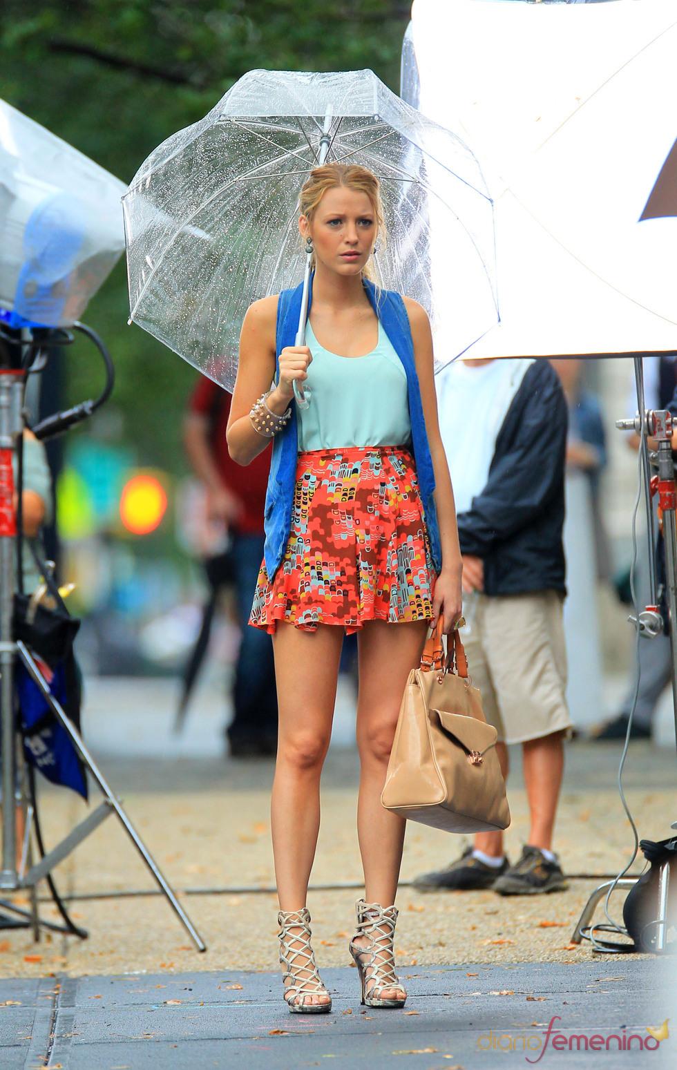 Blake Lively con falda estampada y paraguas