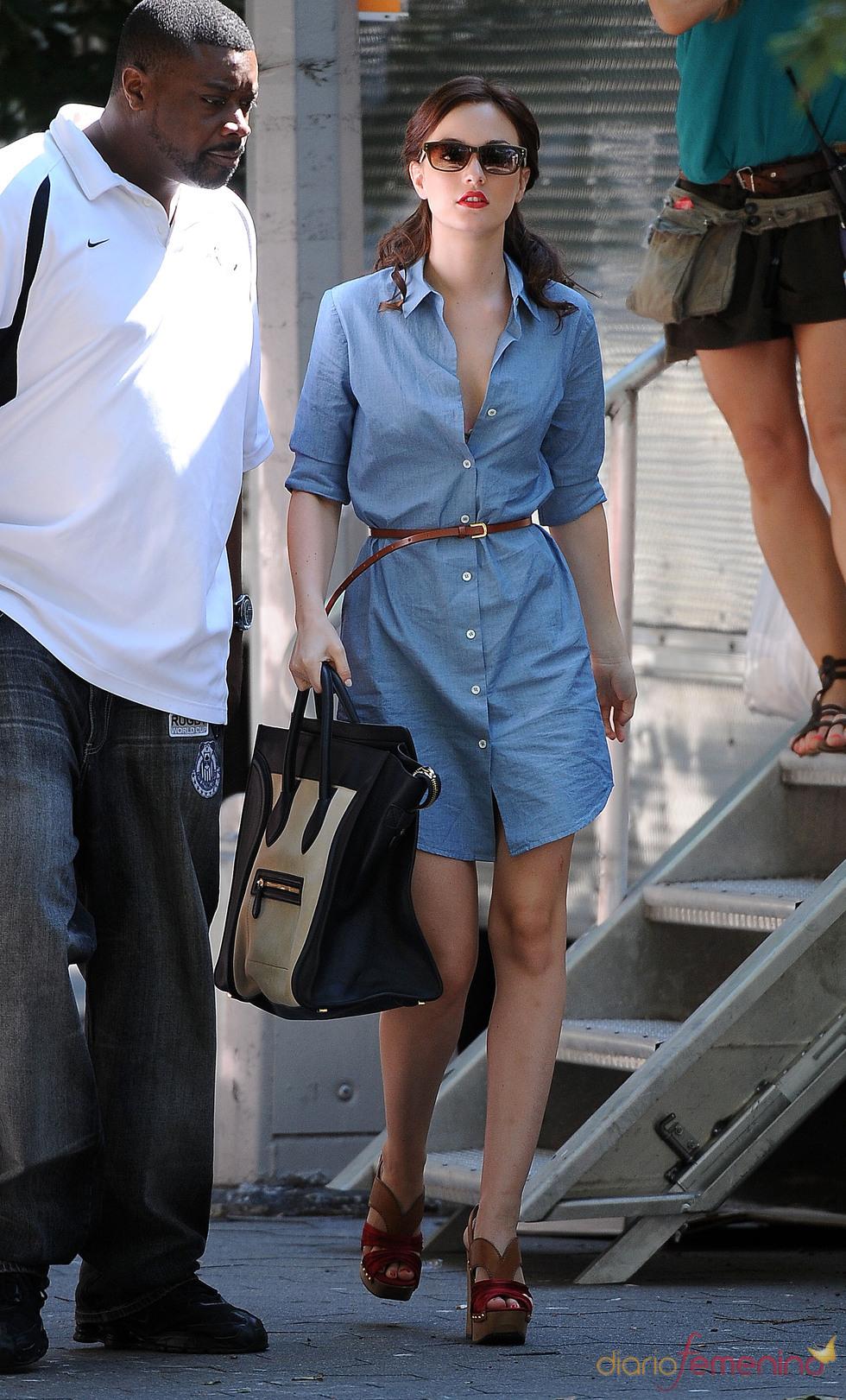 Leighton Meester con vestido vaquero y maxi-bolso