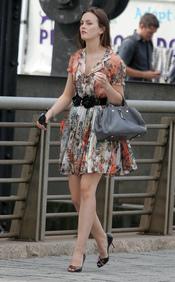 Blair con un vestido estampado durante el rodaje de Gossip Girl