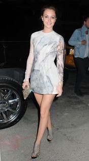 Perfecta Leighton Meester con este mini-vestido