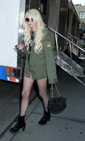 Taylor durante el rodaje de Gossip Girl