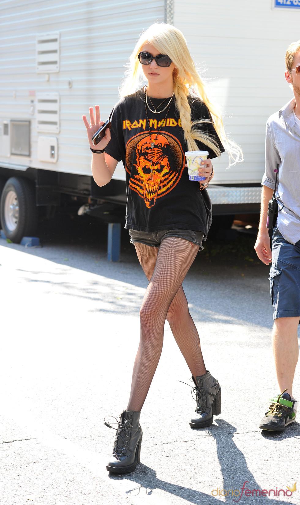 Taylor con una camiseta de Iron Maiden