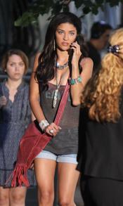 Jessica Szhor hablando por el móvil durante el rodaje de la serie
