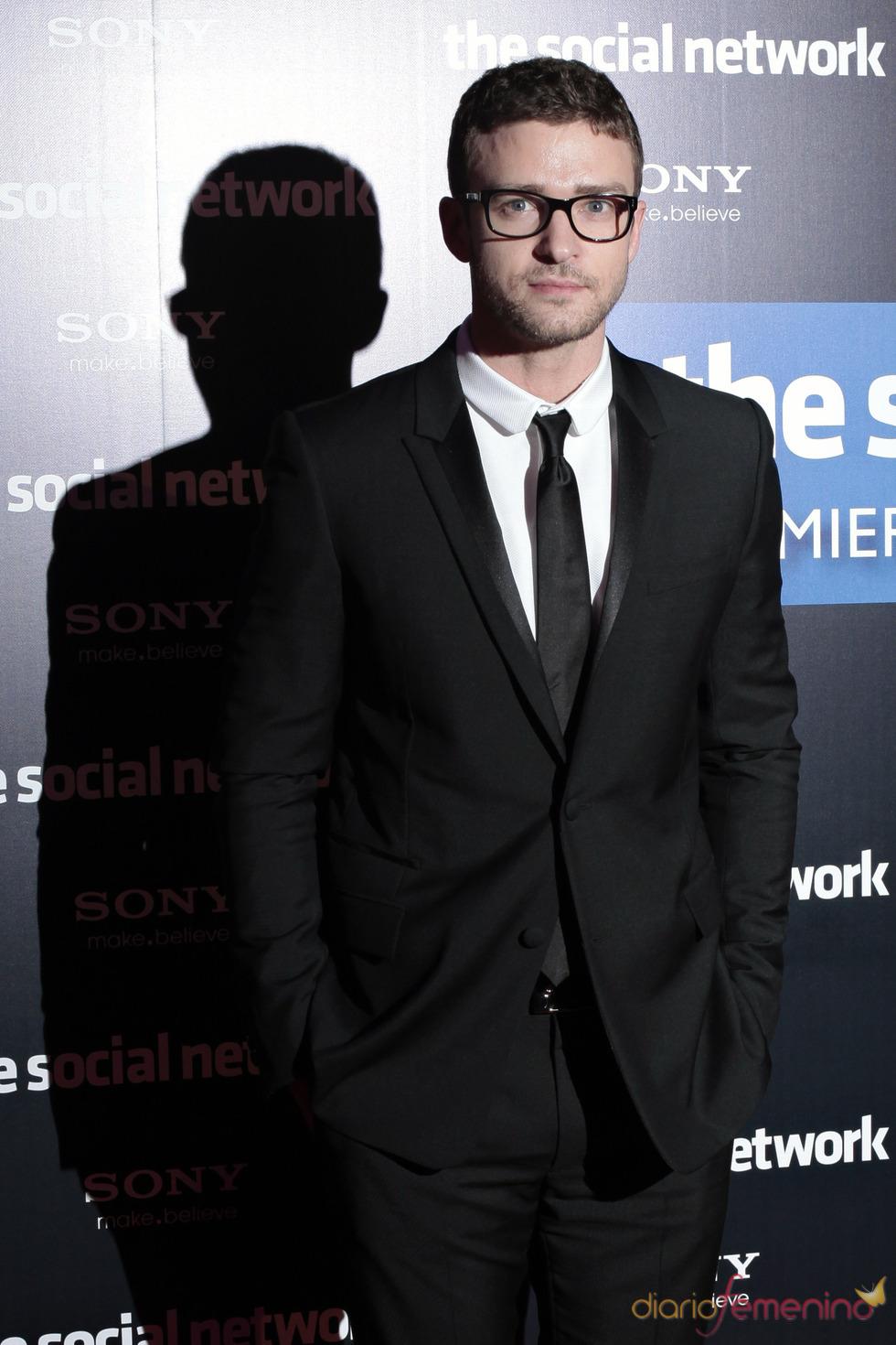 Justin Timberlake de smoking en la presentación de 'La red social'