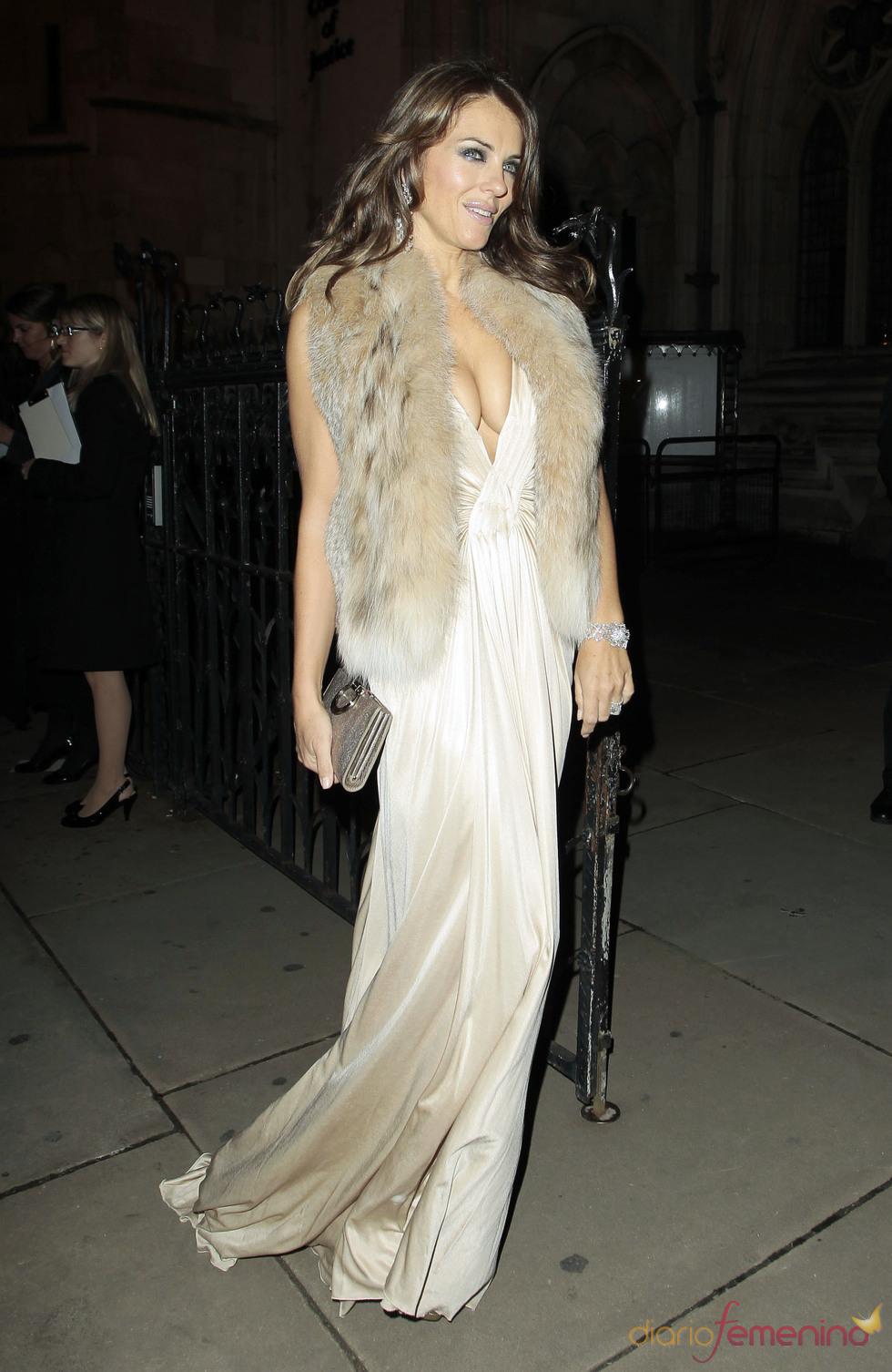 Liz Hurley con un elegante vestido y un chaleco de pelo