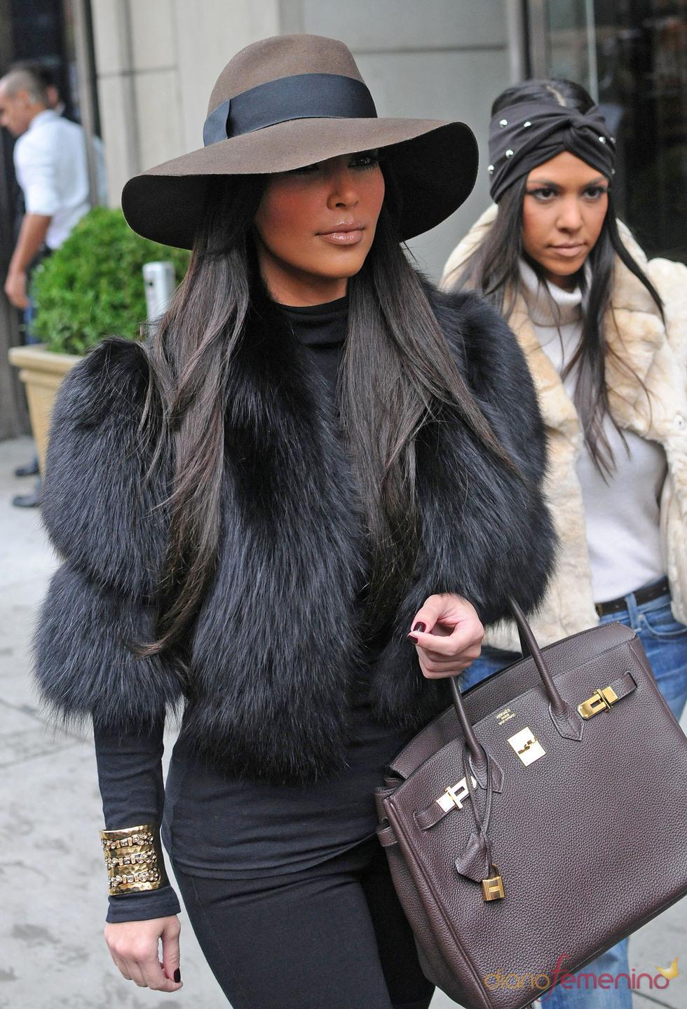 Kim Kardashian con una chaqueta de pelo negra