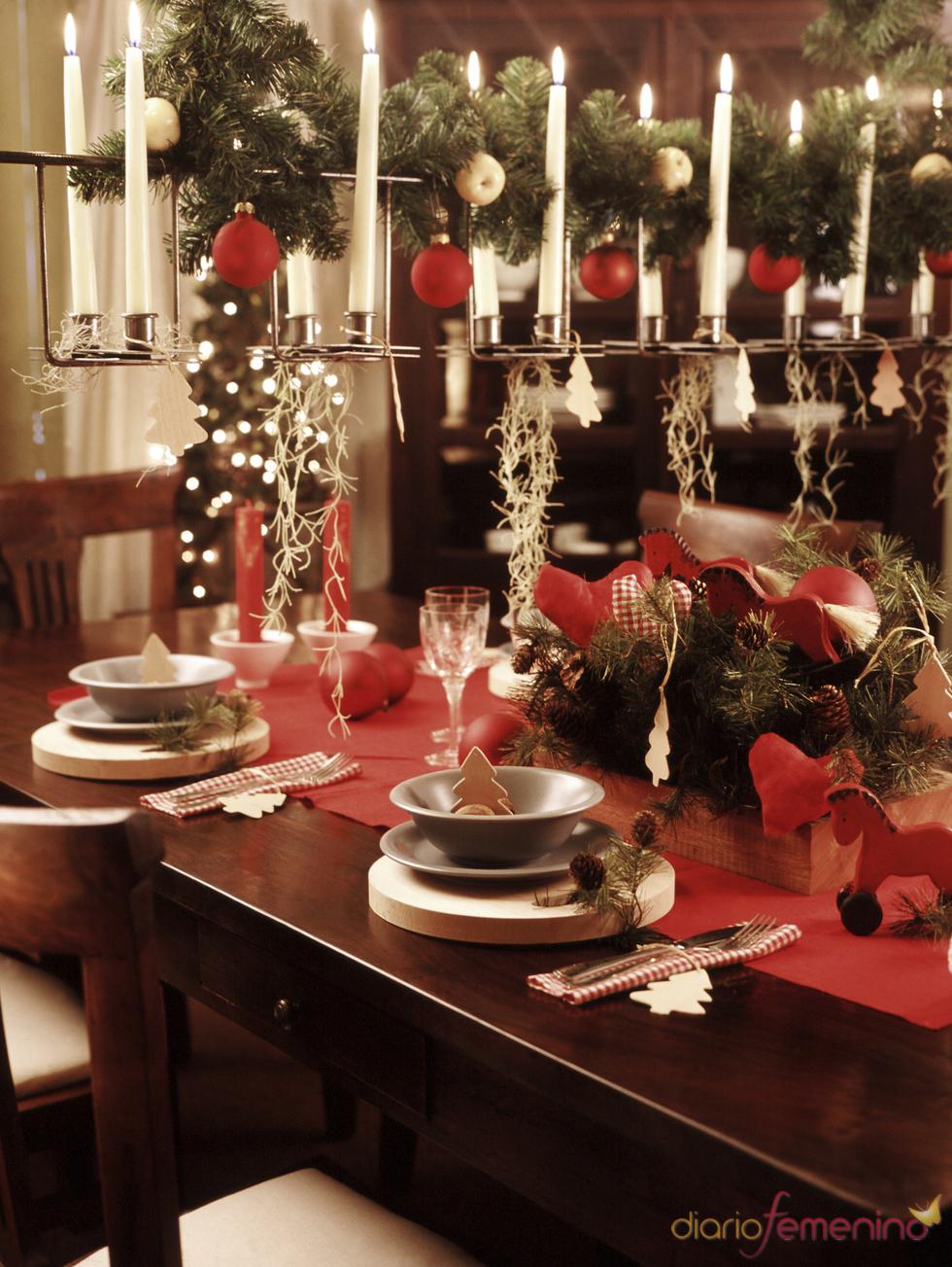 Mesa de navidad con llamativos candelabros - Decoracion navidad mesa ...