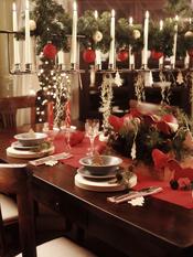 Mesa de Navidad con llamativos candelabros