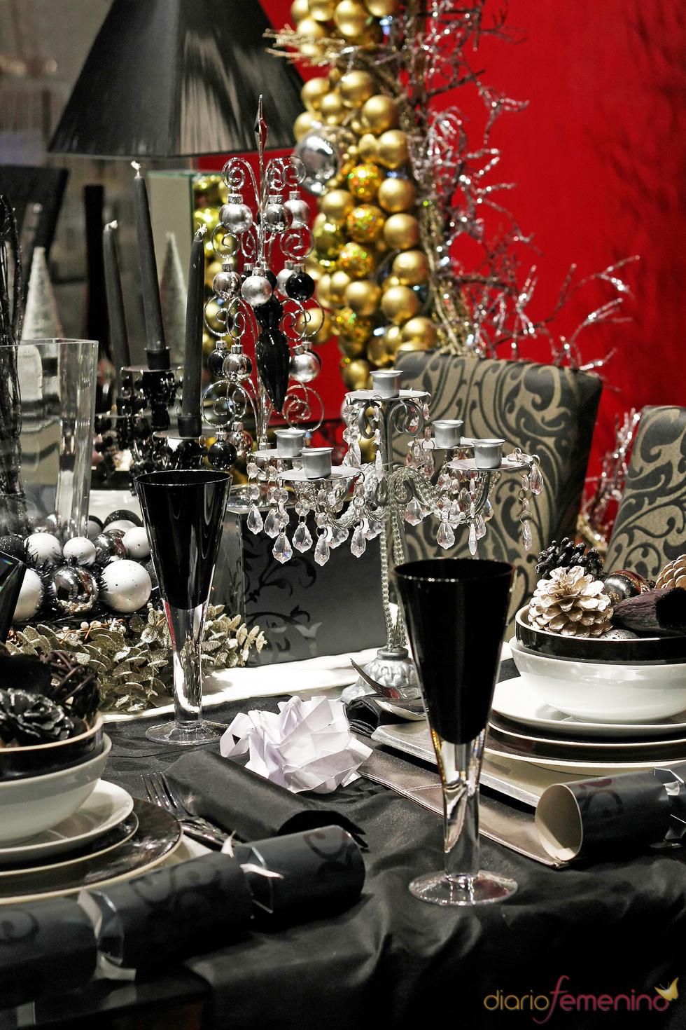 Mesa de Navidad decorada en tonos oscuros