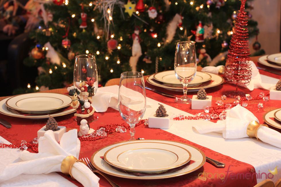 Mesa de Navidad con manteles individuales rojos