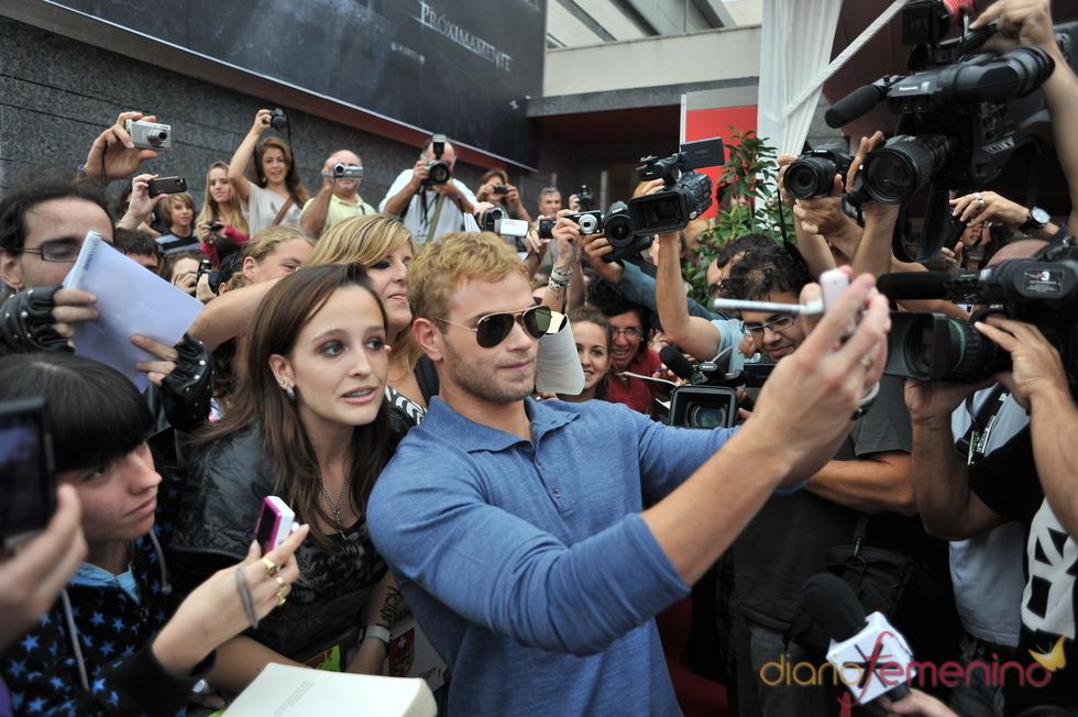 Kellan Lutz enloquece a las fans de 'Crepúsculo' en Sitges
