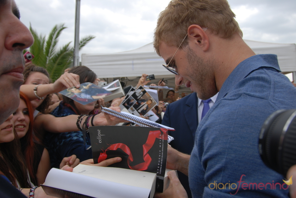 Kellan Lutz se mostró muy atento con las fans en Sitges