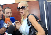 Belén Esteban, acosada por la prensa a la salida de su casa