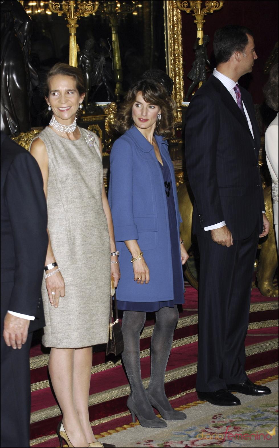 Azul y gris en el estilismo de Letizia