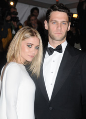 Ashley Olsen y Justin Bartha en una fiesta
