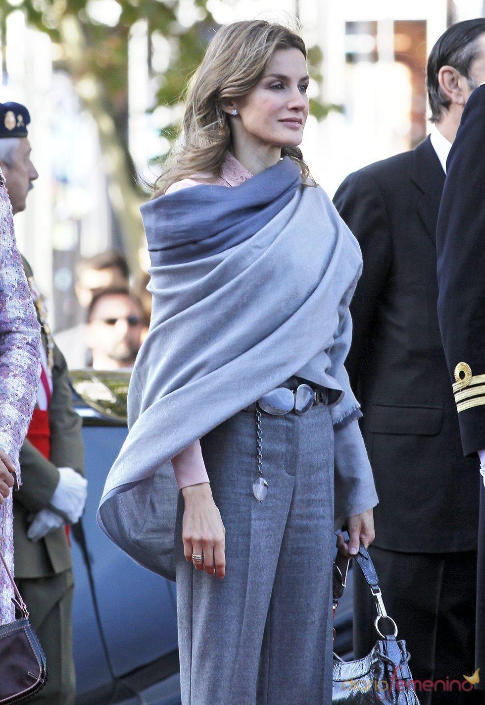 Letizia se protege del frío con una amplia pashmina