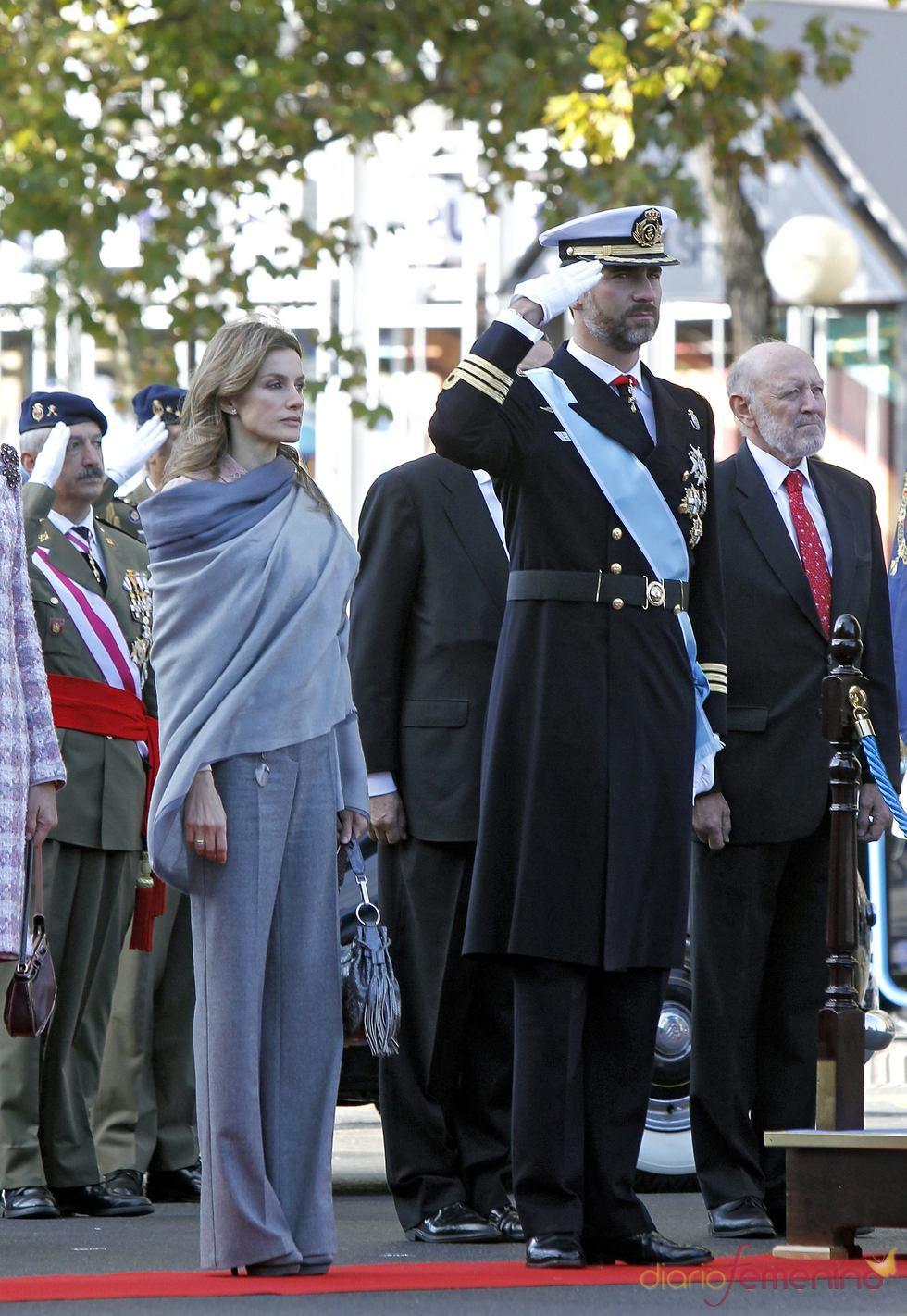 El príncipe Felipe y Letizia en el desfile de las Fuerzas Armadas