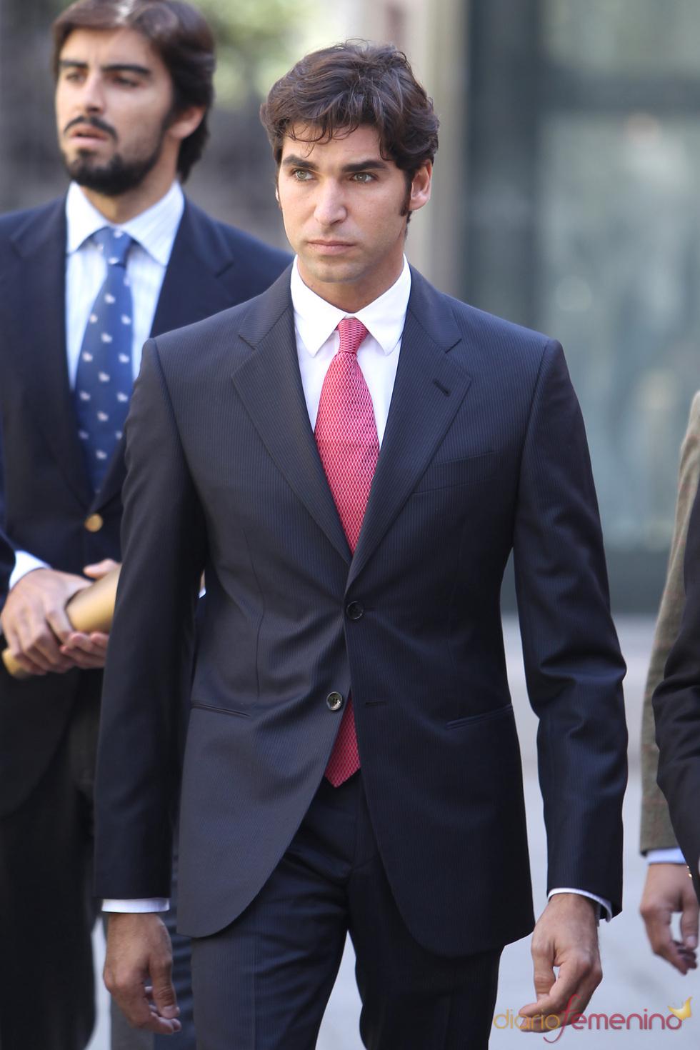 Cayetano Rivera en traje
