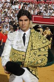 Cayetano Rivera con el traje de luces