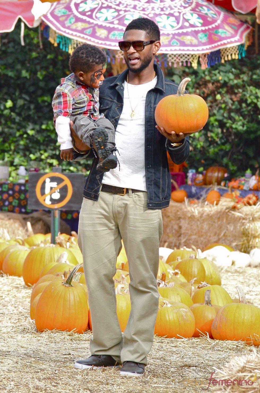 Usher con sus hijos entre calabazas de Halloween