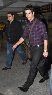 Nick Jonas a su llegada al aeropuerto de Puerto Rico