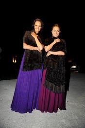 Shaila Dúrcal y Carmen Morales felices en la boda de su hermano Antonio