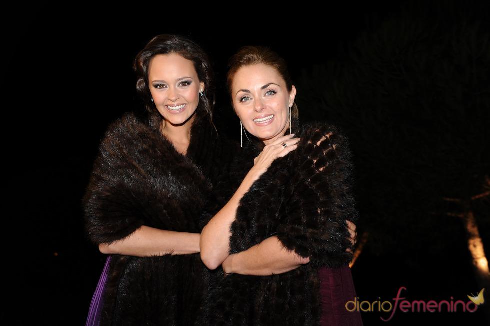 Shaila Dúrcal y Carmen Morales posan felices en la boda de su hermano Antonio