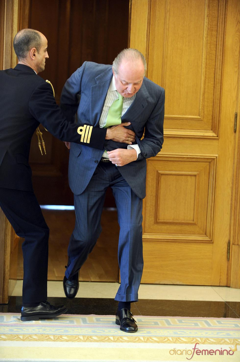 El rey Don Juan Carlos tropieza con un escalón