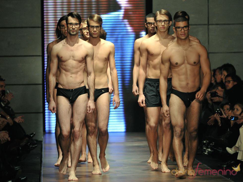 Hombres en bañador de Miguel Vieira durante la semana de la moda en Polonia