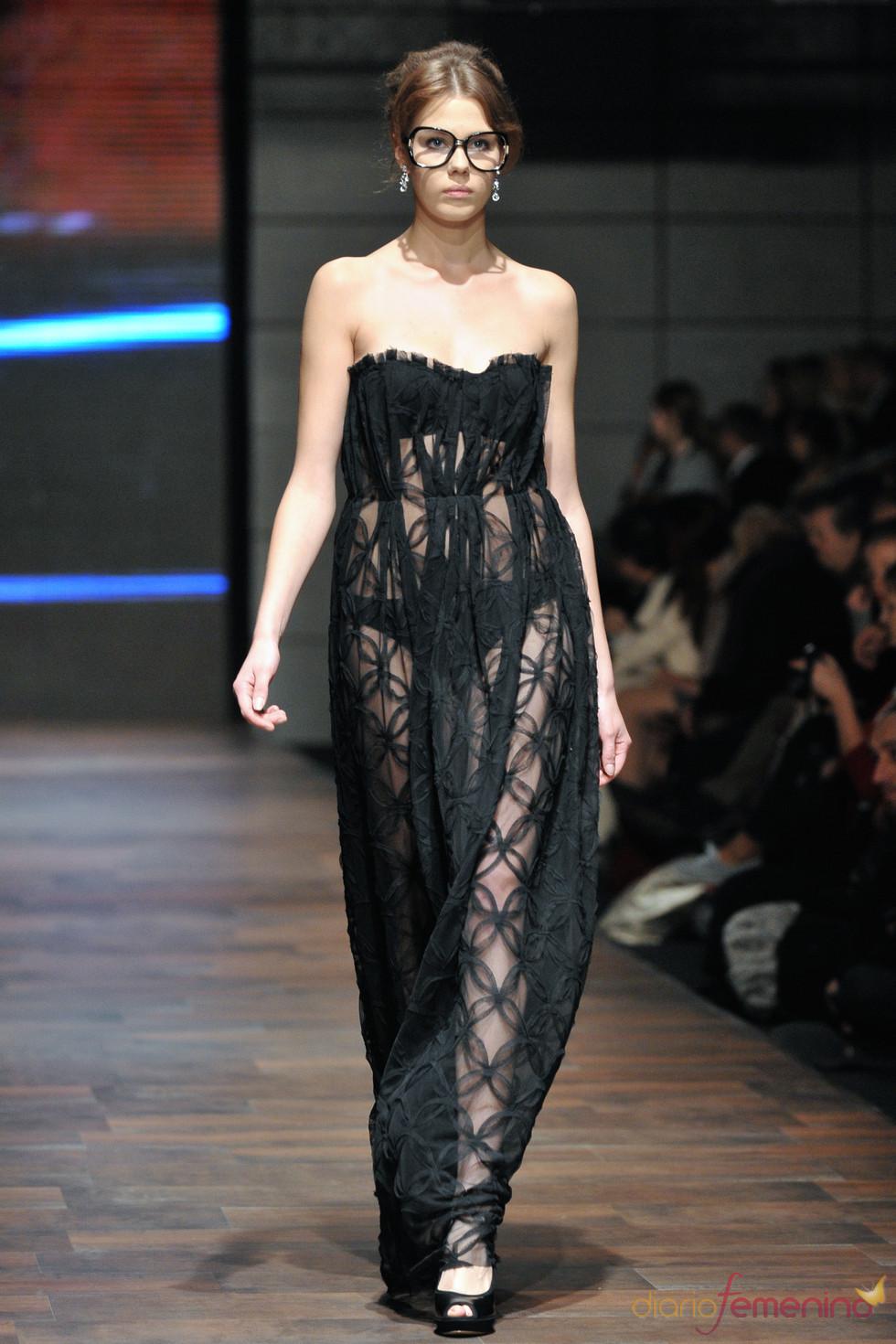 Vestido largo transparente de Miguel Vieira en la Poland Fashion Week