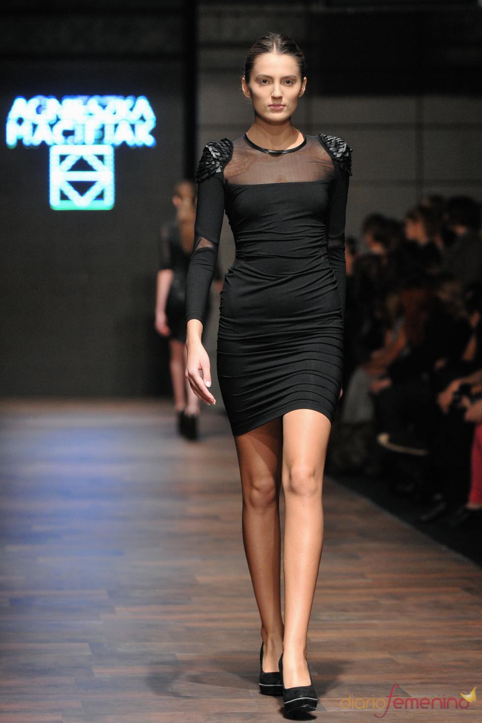 Vestido con hombreras de Agnieszka Maciejak en la Poland Fashion Week