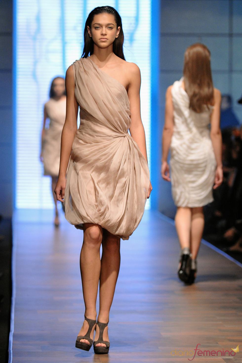 Vestido trapeado de Lukasz Jemiol en la Poland Fashion Week