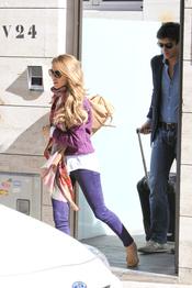 Rafael Medina y Laura Vecino saliendo de casa hacía el aeropuerto