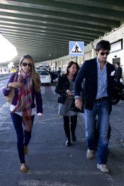 Rafael Medina y Laura Vecino en la parte exterior de barajas