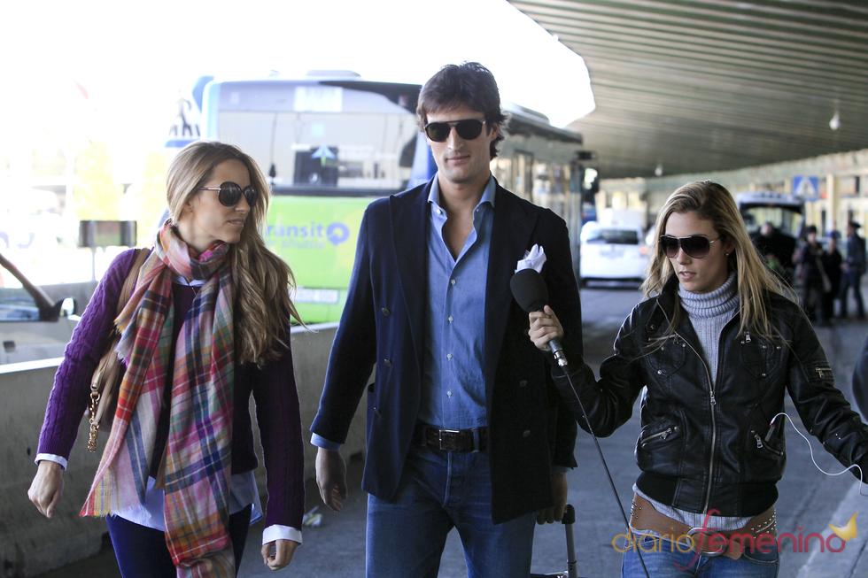 Rafael Medina y Laura Vecino interrogados por una reportera en la entrada del aeropuerto